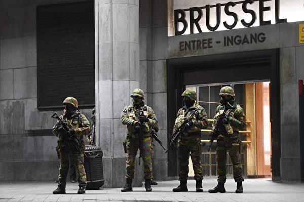 2015年11月22日,比利时警方在全国展开大搜捕,逮捕了16名和恐怖主义有关的嫌疑人。同时,比利时首都布鲁塞尔仍处于高度戒备状态,地铁全面关闭。布鲁塞尔的中小学、大学和地铁23日将继续关闭。图为士兵在布鲁塞尔中央火车站前站岗。(EMMANUEL DUNAND/AFP/Getty Images)