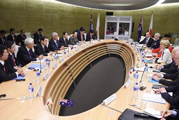 2015年11月22日,在澳大利亚悉尼,澳大利亚外长毕晓普(右中)和日本外务大臣岸田文雄(左中)共同举办了第六届澳大利亚、日本外交和国防部长(2+2)会议。(PETER PARKS/AFP/Getty Images)