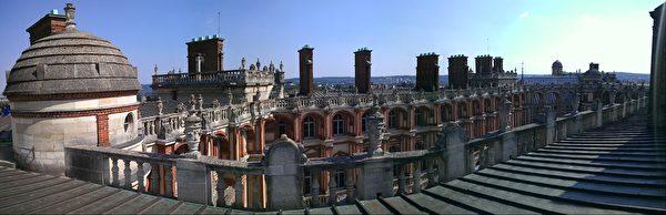 圣日尔曼昂莱王宫(Saint-Germain-en-Laye)楼顶。该城堡是于路易十四时代迁入凡尔赛宫前法国王室的主要居住地。(章乐/大纪元)