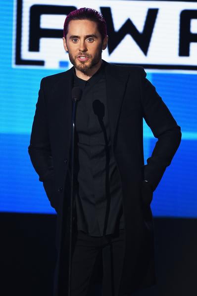 全美音乐奖颁奖礼,杰瑞德‧莱托作为嘉宾现身,悼念巴黎爆炸枪击事件中逝去的人们。(Kevin Winter/Getty Images)