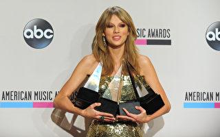 泰勒‧斯威夫特一共拿下了19個全美音樂獎的獎盃。圖為她出席2013年全美音樂獎頒獎禮資料照。(FREDERIC J. BROWN/AFP/Getty Images)