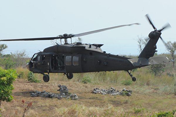 2018年9月6日,FBI基於安全理由封鎖擁NSO,但未提出任何解釋。警長表示,在現場看到許多詭異場景,那裏有一台黑鷹直升機(圖),有一群人圍繞著天線,不少人手上還拿著類似天線的器材。圖為示意圖。 (TED ALJIBE/AFP/Getty Images)