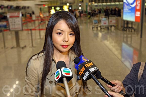 第65屆世界小姐加拿大賽區冠軍林耶凡今日(26日)經香港登機前往大陸三亞參加世姐決賽,被拒絕登機,目前滯留香港。圖為林耶凡在香港國際機場接受媒體採訪。(潘在殊/大紀元)