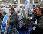 2015年11月26日,美國民眾與家人過完感恩節之後,匆匆出門趕到各大商場去搶購提前開賣的「黑色星期五」特價促銷產品。(Sandy Huffaker/Getty Images)