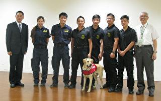財政部關務署4月開始與國安局共同辦理「偵爆犬訓練課程」。圖為第1期偵爆犬結業時,公拉拉「Becker」與國安局和財政部長官、領犬員及工作人員合影。(財政部關務署提供)