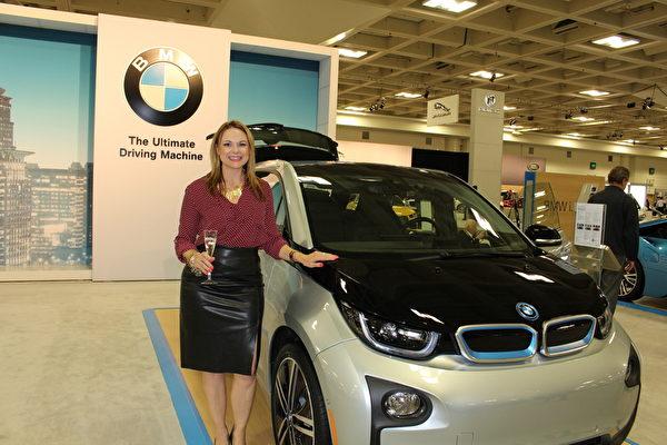 莫妮卡•博耶(Monique Boyer)和她喜爱的BMW i3车型。(王文旭/大纪元)