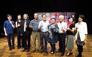 嘉义县文化观光局长吴芳铭(中)与合作伙伴合照。(嘉义县表演艺术中心提供)