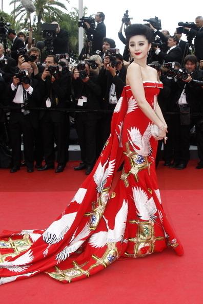 2011年范冰冰以一襲「仙鶴裝」亮相第64屆戛納電影節開幕紅毯。(FRANCOIS GUILLOT/AFP/Getty Images)