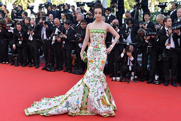 2012年在第65屆戛納電影節開幕式上,范冰冰身著「China瓷」主題禮服。(ALBERTO PIZZOLI/AFP/GettyImages)