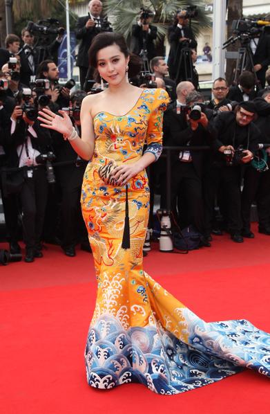 2010年5月12日,女星范冰冰著「龍袍裝」出席第63屆戛納電影節。(Sean Gallup/Getty Images)