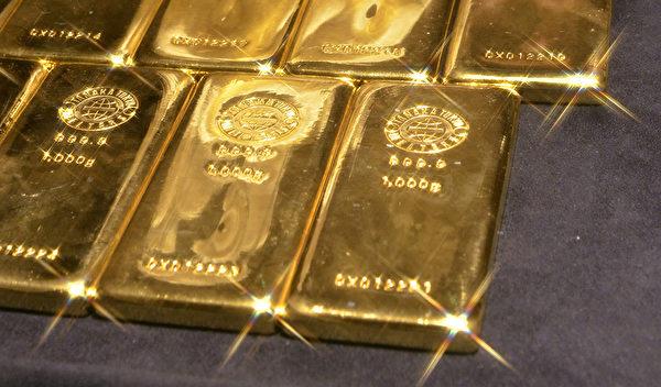 7月20日國際空頭作手在成交量較小的上海市場瞬間狂拋5噸黃金,導致金價盤中重挫5.5%,跌破每盎司1,100美元的關口。(YOSHIKAZU TSUNO/AFP/Getty Images)