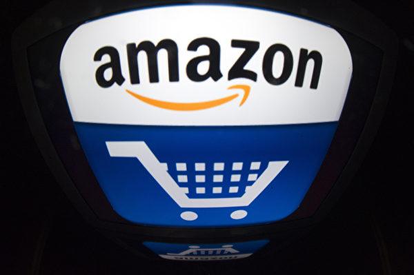 線上零售巨頭亞馬遜業績頻頻告捷,今年股價漲幅超過一倍,市值超過3,000億美元。(LIONEL BONAVENTURE/AFP/Getty Images)