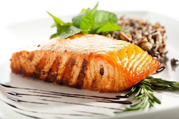 三文鱼富含ω-3脂肪酸,每天摄食600毫克ω-3脂肪酸让人睡得更绵长、夜间醒来更少。(fotolia)