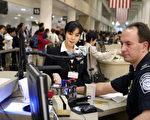 根據規定,任何來美加的遊客可自由攜帶任何金額的資金入境或出境,但金額若超過1萬美元(加元),就需要向海關申報。圖為美國海關。(ROBYN BECK/AFP/Getty Images)