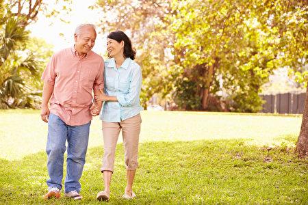飯後散步,可促進胃腸蠕動,有助於胃腸消化液的分泌和食物的消化吸收。(fotolia)