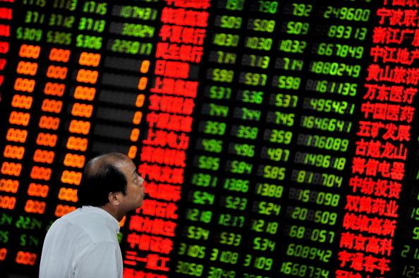 中國上證指數從年初的3,300點左右飆漲到6月中旬的5,178點,然後又崩跌到8月的2,850點,中國股民的投機性格表露無遺。(PHILIPPE LOPEZ/AFP/Getty Images)