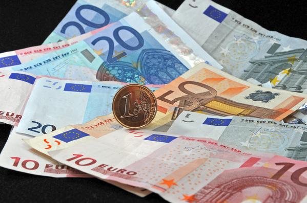 歐洲各國政府紛紛採取各項刺激經濟的貨幣政策。(PHILIPPE HUGUEN/AFP/Getty Images)