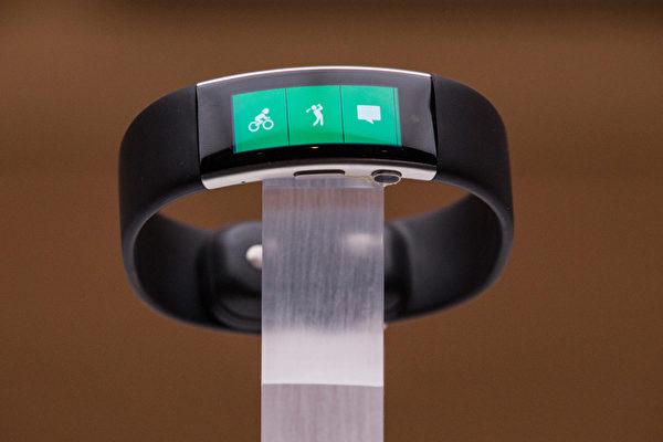 Band 2智能手環採用曲面OLED屏幕,表面為第三代大猩猩玻璃覆蓋。內建GPS晶元,而且可以監測各項身體數據。(Andrew Burton/Getty Images)