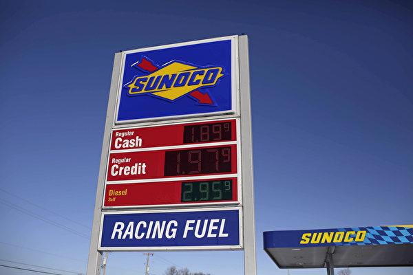 布倫特原油在12月21日盤中創下36.05美元/桶的11年新低價,換算成每加侖約0.83美元,低於市售瓶裝水的1.3美元,堪稱全球最廉價的液體。(Joshua Lott/Getty Images)