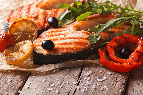 烤鲑鱼牛排和蔬菜(fotolia)