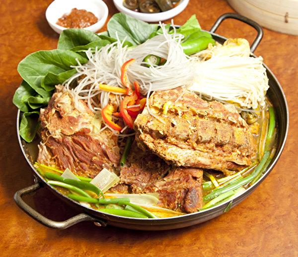 韩国人气美食——马伕猪排土豆火锅(张学慧/大纪元)