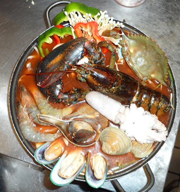 肥美的海鲜火锅。(张学慧/大纪元)