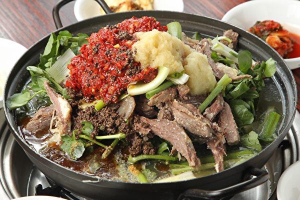 最新人气韩餐——黑山羊火锅。(张学慧/大纪元)