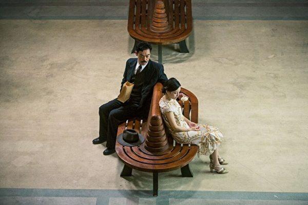 香港影帝劉青雲(左)和大陸女星李小璐在《消失的凶手》中的劇照。(絕色國際提供)
