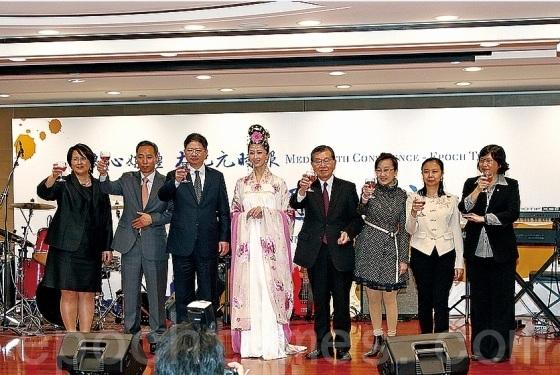 大纪元新闻集团总裁唐忠(左3)和大纪元时报香港社长郭君(左1)等向嘉宾祝酒。(潘在殊/大纪元)