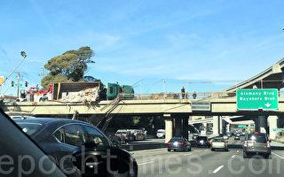 舊金山灣區卡車側翻  垃圾傾瀉101高速