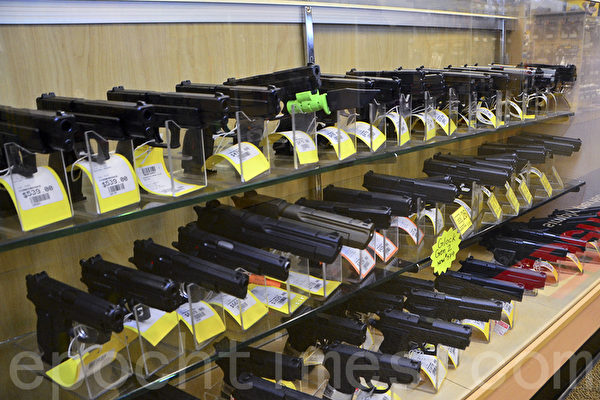 P2K射擊場備有各種手槍供選擇購買或租用。(李旭生/大紀元)