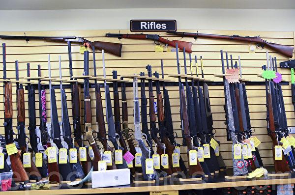 P2K射擊場備有各種步槍供選擇購買或租用。(李旭生/大紀元)