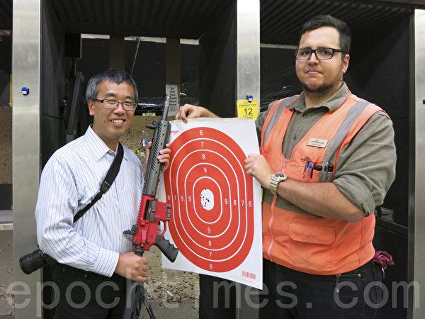 在「小馬哥」Mark的指導下,完成AR-15步槍的練習,展示下戰果。(潘淑韻/大紀元)