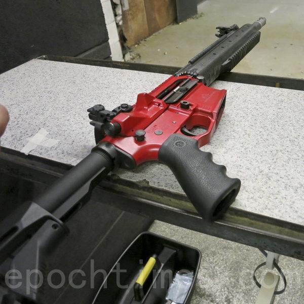 射擊間隙中,將AR-15步槍擺放在靶位上。(李旭生/大紀元)