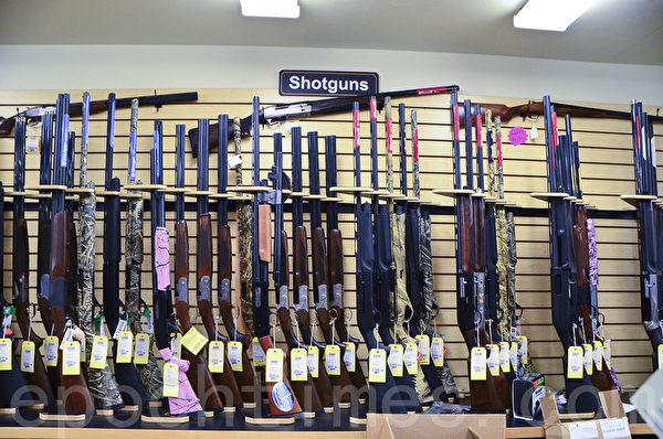 P2K射擊場備有各種獵槍供選擇購買或租用。(李旭生/大紀元)