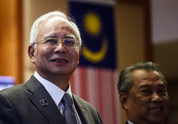 自2009年开始担任马来西亚总理的纳吉,今年7月被发现将近7亿美元的资金通过与1MDB相关联的企业、银行、机构被转移至了纳吉的私人银行账户。图为总理纳吉(左)与曾促公正调查1MDB弊案而被撤换的前副总理慕尤丁。(MANAN VATSYAYANA/AFP/Getty Images)