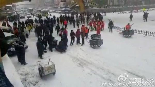 12月2日,黑龍江省雞西市京宏名苑樓盤的數十農民工在討薪時遭警察鎮壓,多人被圍毆抓捕。(網絡圖片)