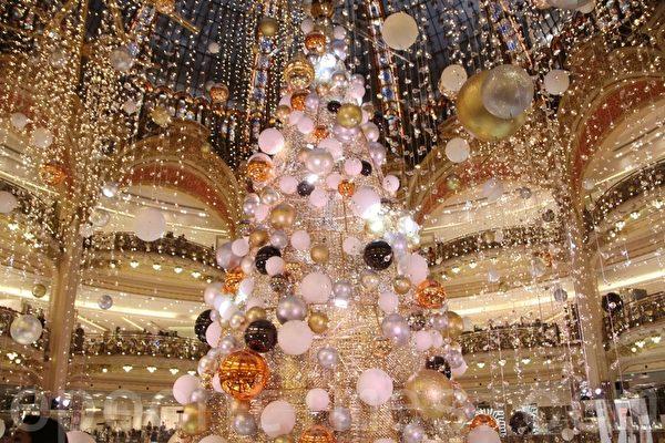 拉法耶特百货公司(Galeries Lafayette)内的巨型圣诞树。(张妮/大纪元)