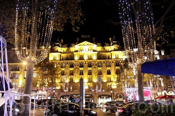 一棟棟古老的建築,在美麗的聖誕飾燈照耀下,更加富麗堂皇。(張妮/大紀元)
