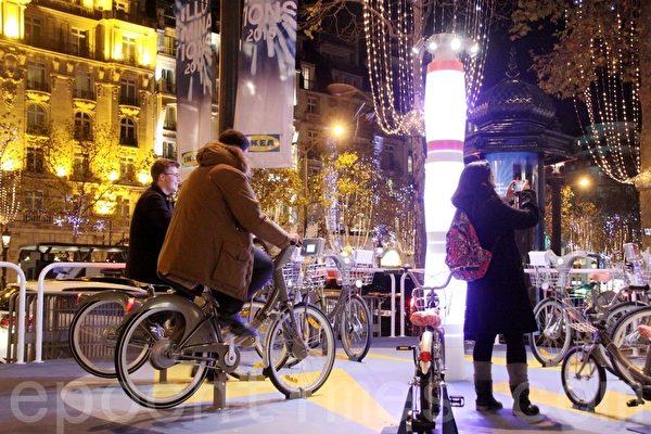 街道旁設有環保飾燈,由民眾踩踏自行車供電照明。(張妮/大紀元)