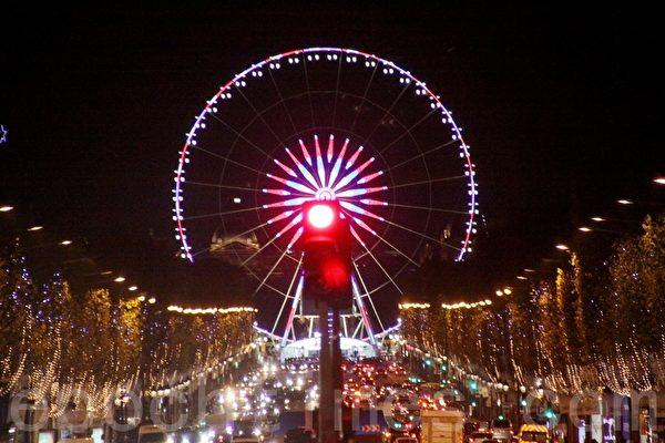 夜幕下,往東遙望,是巴黎最大的廣場——協和廣場上的摩天輪。(張妮/大紀元)