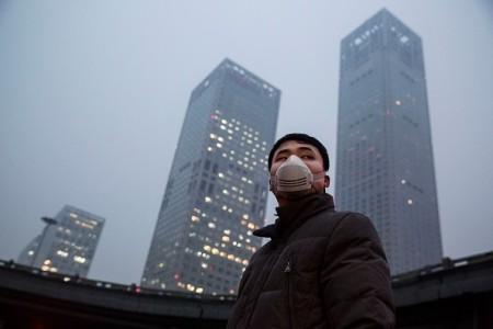 進入冬季後,中國華北地區就大面積陷入陰霾,持續陰霾讓中共官員束手無策,只能祈求老天刮風,將陰霾吹散。(Kevin Frayer/Getty Images)