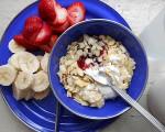 希腊酸奶与果酱、杏仁、香蕉、草莓配成的水果早餐。(Pseph/Flickr)