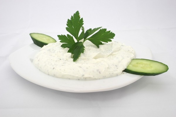 希腊酸奶与黄瓜、蒜末混合,即可制成希腊式酸奶黄瓜酱(Greek dip tzatziki)。(pixebay)