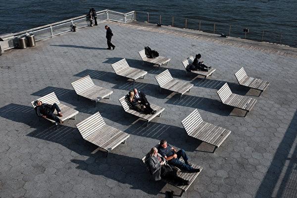 12月10日,紐約市民在曼哈頓享受冬日陽光。(Spencer Platt/Getty Images)