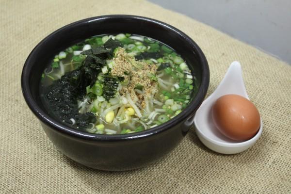 黄豆芽汤饭。黄豆芽汤饭看起来虽然普通,却是最道地的韩食,在许多韩国人的家庭中都可以找到它的身影。海带、小鱼、海鲜粉、蒜、洋葱熬成的汤,海鲜风味浓浓。加入野芝麻、鸡蛋、海藻、葱花,和脆爽的黄豆芽,里面泡着米饭。端上桌的时候还呲啦呲啦地冒着泡,未入口已是香味扑鼻。(图/ DAHEEN WANG)