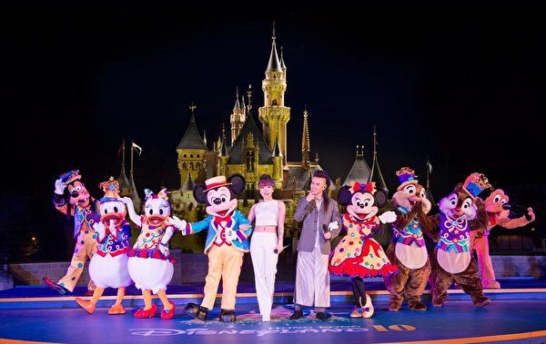 吴莫愁、张玮12月7日在香港迪士尼庆典上,携手演唱《从此以后Happily Ever After》。(北京英爵文化提供)