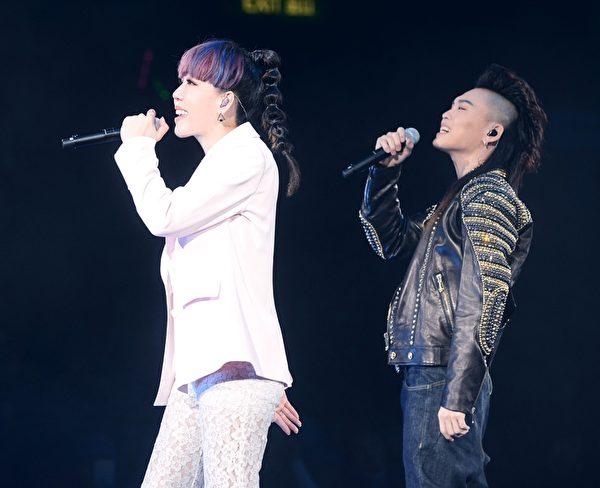 吴莫愁、张玮12月5日在香港红磡体育场压轴登场,演唱《从此以后Happily Ever After》。(北京英爵文化提供)