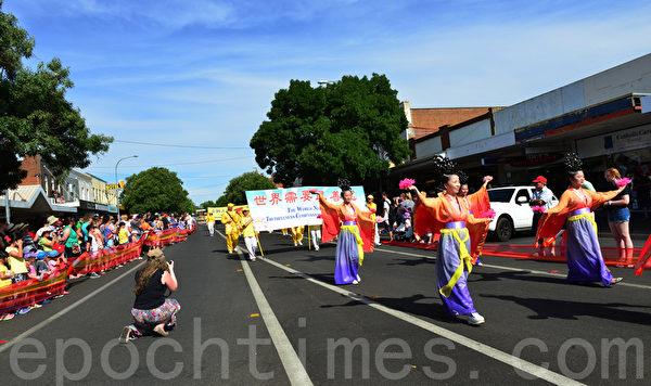 悉尼法輪功的腰鼓隊和仙女們也參加了這一遊行,法鼓聲聲迴盪在楊鎮。(簡玬/大紀元)