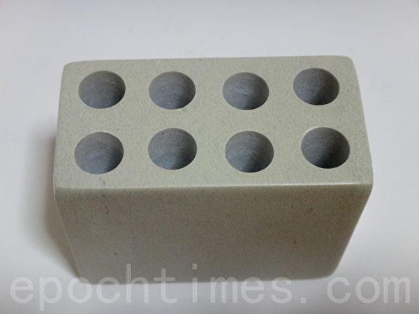 肯亚皂石小雕刻品原子笔插,受欢迎的实用小礼物。(和和/大纪元)